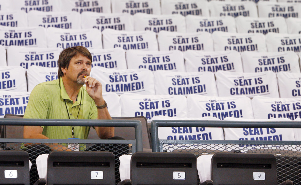 Photo - NBA BASKETBALL TEAM: OKC Thunder fan Steve Mitchell checks the view from a seat during seat selection for Oklahoma City Thunder season tickets at the Ford Center, Monday, September 8, 2008. BY NATE BILLINGS, THE OKLAHOMAN ORG XMIT: KOD