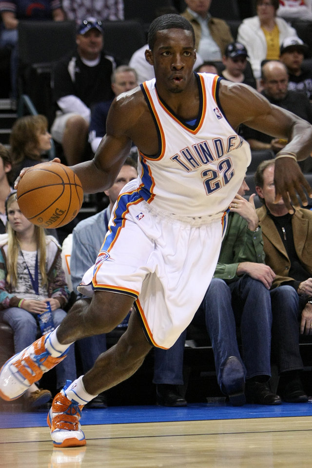 Photo - OKLAHOMA CITY THUNDER / WASHINGTON WIZARDS / NBA BASKETBALL  Oklahoma City Thunder forward Jeff Green drives to the basket during the Thunder - Wizards game November 20, 2009 in the Ford Center in Oklahoma City.    BY HUGH SCOTT, THE OKLAHOMAN ORG XMIT: KOD