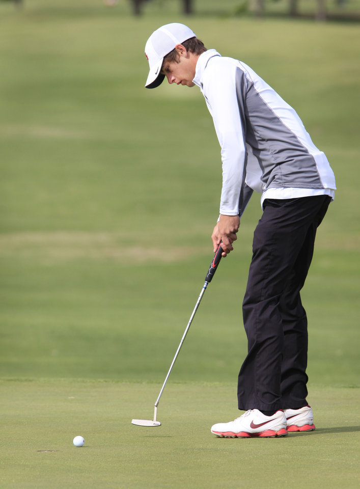 Photo - Wesley Jackson, Fort Gibson, putts during the Class 4A boys golf at Lake Hefner Golf Course, Tuesday May 13, 2014.  Photo by David McDaniel, The Oklahoman