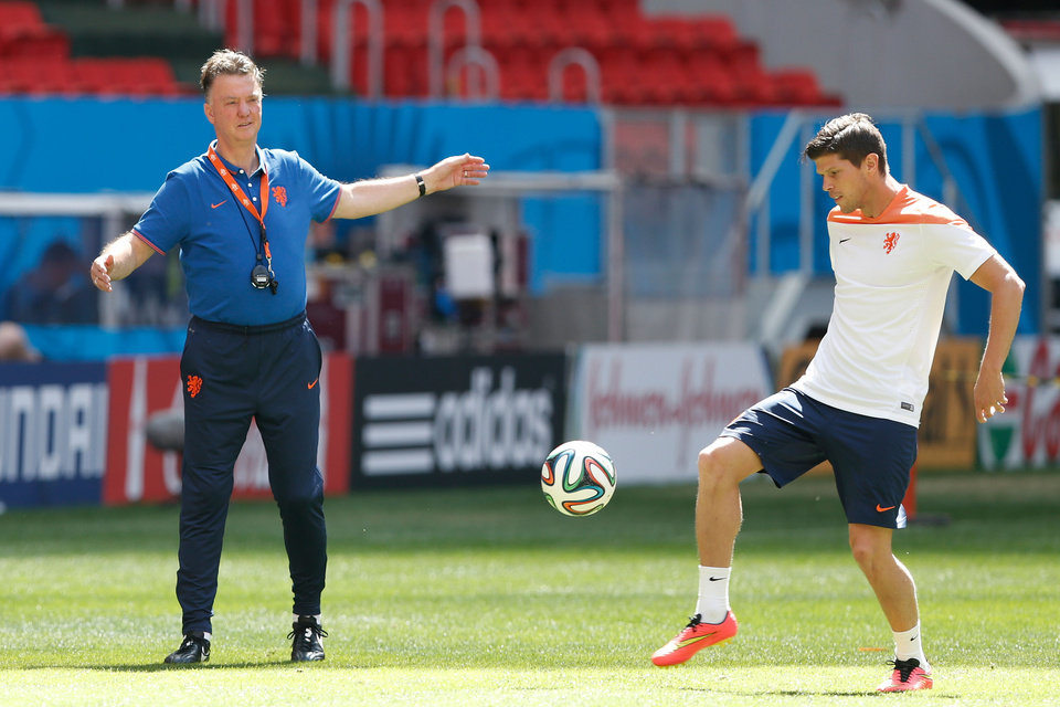Photo - Netherlands coach Louis van Gaal, left, talks with player Klaas-Jan Huntelaar during a training session at the Estadio Nacional  in Brasilia, Brazil, Friday, July 11, 2014. The Netherlands will face Brazil in the World Cup third-place match Saturday. (AP Photo/Eraldo Peres)