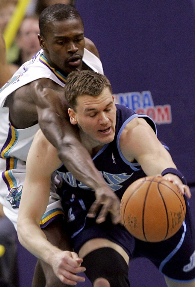 Photo - New Orleans/Oklahoma City Hornets' Linton Johnson (left) battles with Utah's  Matt Harpring for a loose ball during their NBA basketball game at the Ford Center in Oklahoma City on Sunday, March 4, 2007. By John Clanton, The Oklahoman ORG XMIT: KOD