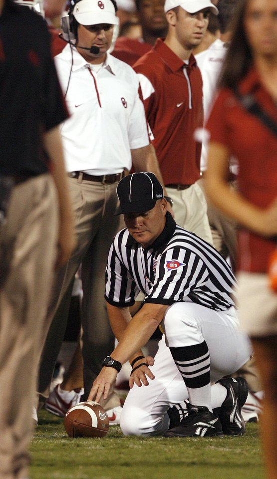 Photo - Bob Stoops watches the spot after going for a fourth and one inside his 50 during the second half of the college football game between the University of Oklahoma Sooners (OU) and Utah State University Aggies (USU) at the Gaylord Family-Oklahoma Memorial Stadium on Saturday, Sept. 4, 2010, in Norman, Okla.  The run was good.  Photo by Steve Sisney, The Oklahoman