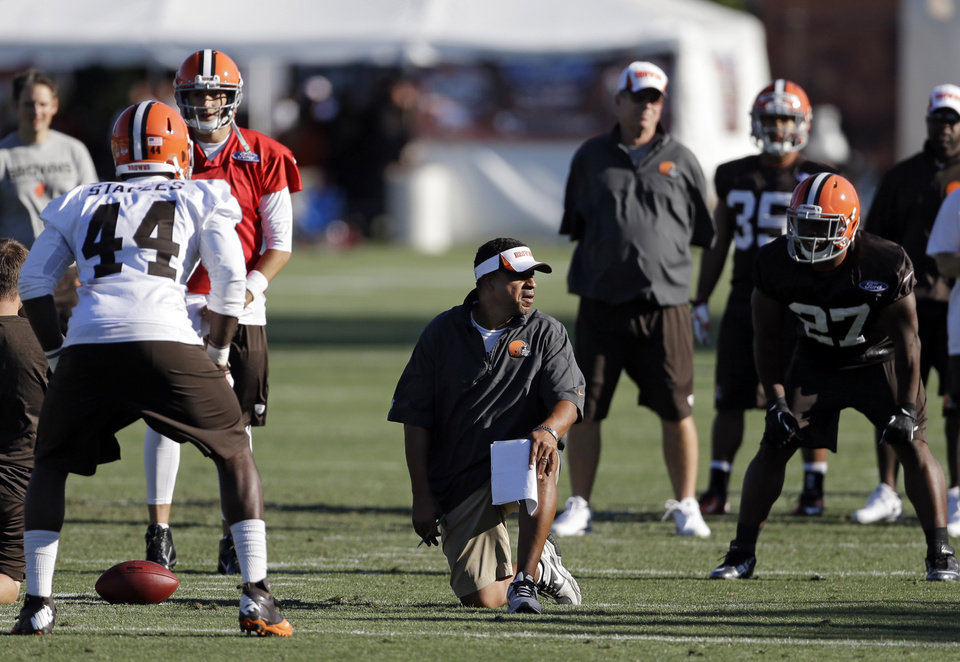 Photo - Cleveland Browns defensive coordinator Ray Horton, center, sets his defense during training camp at the NFL football team's practice facility in Berea, Ohio, Thursday, July 25, 2013. (AP Photo/Mark Duncan)
