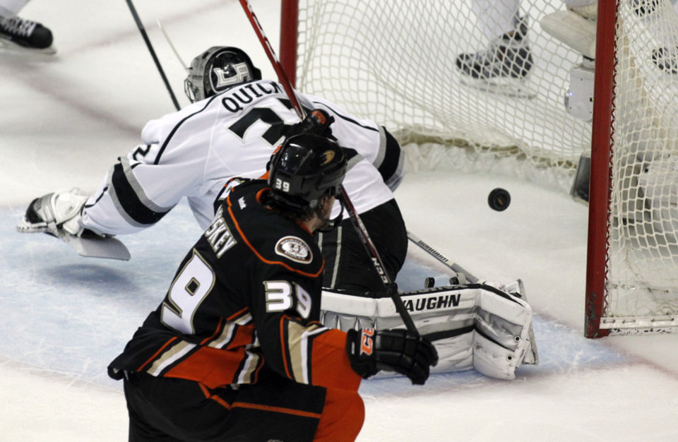 Photo - ADDS PERIOD - Anaheim Ducks left wing Matt Beleskey (39) scores in the first period against Los Angeles Kings goalie Jonathan Quick, left, in Game 1 of an NHL hockey second-round Stanley Cup playoff series in Anaheim, Calif., Saturday, May 3, 2014. (AP Photo/Alex Gallardo)