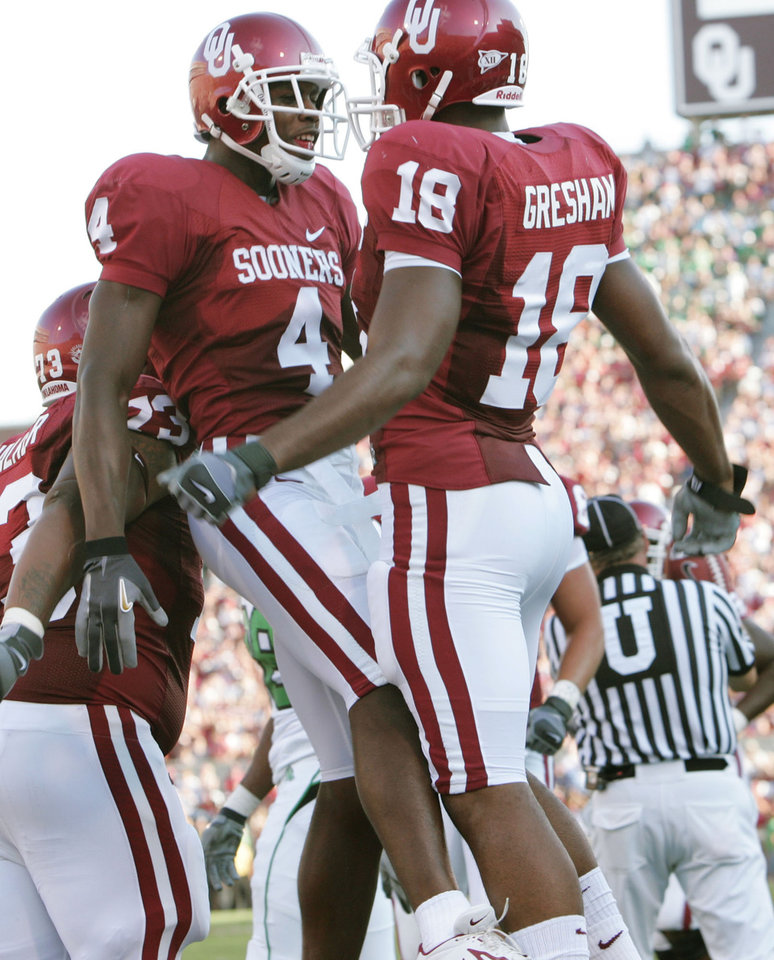 Photo - Oklahoma receiver Malcolm Kelly (4) celebrates with teammate Jermaine Gresham, (18) after Gresham scored a touchdown in first quarter during the University of Oklahoma Sooners (OU) college football game against the University of North Texas Mean Green (UNT) at the Gaylord Family -- Oklahoma Memorial Stadium, on Saturday, Sept. 1, 2007, in Norman, Okla.   By BILL WAUGH, The Oklahoman  ORG XMIT: KOD