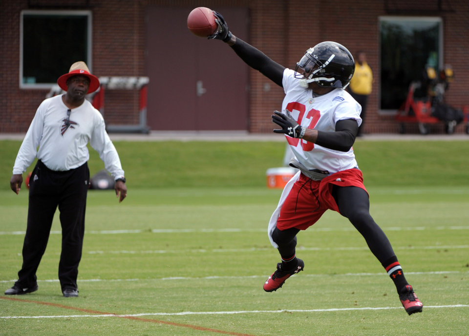 Photo - Atlanta Falcons cornerback Robert Alford catches a pass during NFL football minicamp Tuesday, June 18, 2013, in Flowery Branch, Ga. (AP Photo/David Tulis)