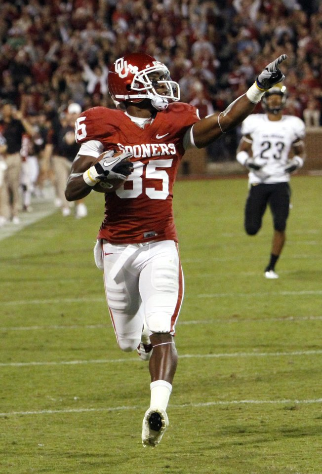 Photo - Ryan Broyles completes an 81 yard touchdown pass play during the first half of the college football game between the University of Oklahoma (OU) Sooners and the University of Colorado Buffaloes at Gaylord Family-Oklahoma Memorial Stadium in Norman, Okla., Saturday, October 30, 2010.  Photo by Steve Sisney, The Oklahoman