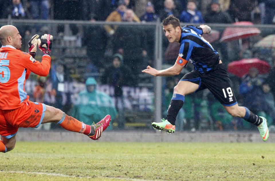 Photo - Atalanta's German Denis, right, of Argentina, scores his second goal during a Serie A soccer match against Napoli in Bergamo, Italy, Sunday, Feb. 2, 2014. (AP Photo/Felice Calabro')