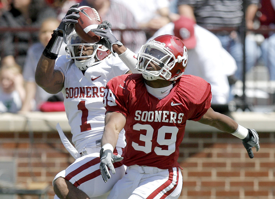 Photo - OU's Dominique Franks intercepts the ball in front of Rashad Hutchins during Oklahoma's Red-White football game at The Gaylord Family - Oklahoma Memorial Stadiumin Norman, Okla., Saturday, April 11, 2009. Photo by Bryan Terry, The Oklahoman