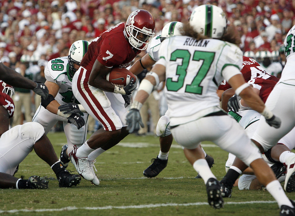 Photo - Oklahoma's DeMarco Murry (7) cuts through the North Texas defense on his way to the endzone in the first half during the University of Oklahoma Sooners (OU) college football game against the University of North Texas Mean Green (UNT) at the Gaylord Family - Oklahoma Memorial Stadium, on Saturday, Sept. 1, 2007, in Norman, Okla.