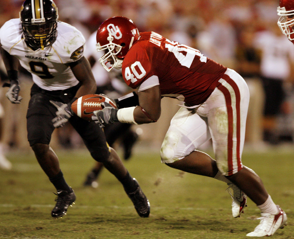 Photo - Oklahoma's Curtis Lofton (40) picks up a Missouri fumble in front of the Tigers' Jeremy Maclin (9) to score a touchdown during the second half of the college football game between  the University of Oklahoma Sooners (OU) and the University of Missouri Tigers (MU) at the Gaylord Family -- Oklahoma Memorial Stadium on Saturday, Oct. 13, 2007, in Norman, Okla.  By CHRIS LANDSBERGER, The Oklahoman  ORG XMIT: KOD