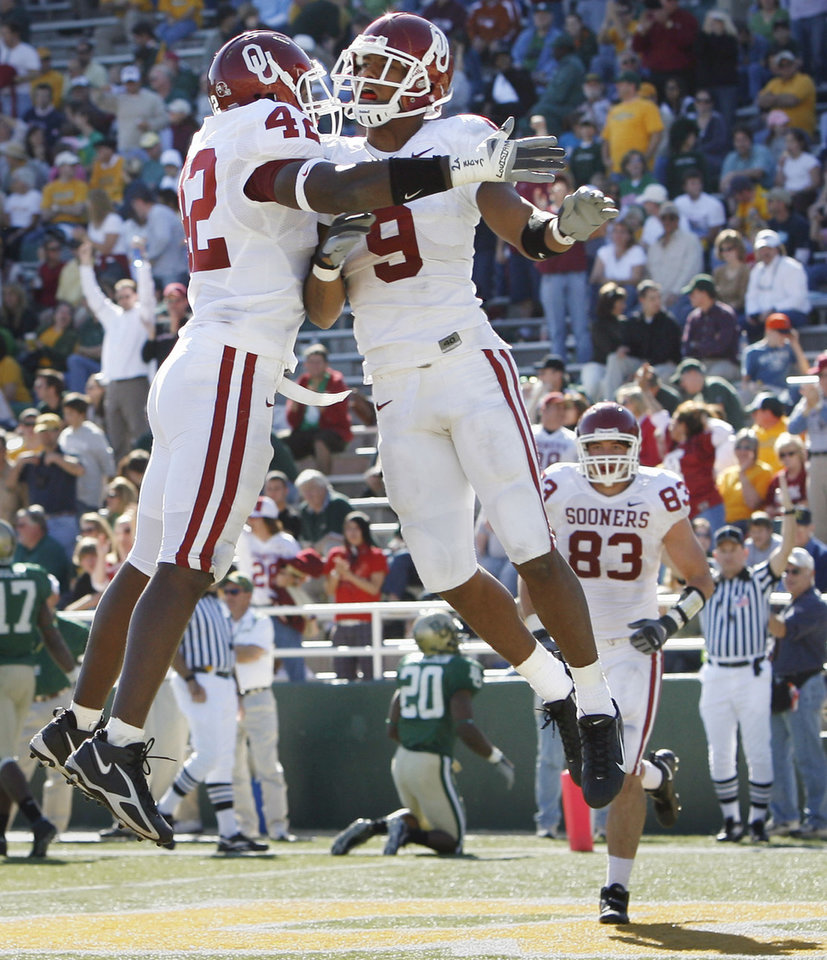 Photo - Juaquin Iglesias (9) celebrates with Rufus Alexander (42) after Iglesias touchdown on a free kick in the second half during the University of Oklahoma Sooners (OU) college football game against Baylor University Bears (BU) at Floyd Casey Stadium, on Saturday, Nov. 18, 2006, in Waco, Texas.     by Steve Sisney, The Oklahoman