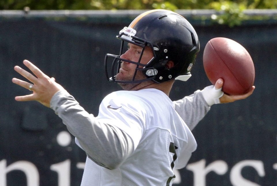 Photo -   Pittsburgh Steelers quarterback Ben Roethlisberger throws a pass during the first day of NFL football practice at the team's training facility on Tuesday, May 22, 2012 in Pittsburgh. (AP Photo/Keith Srakocic)
