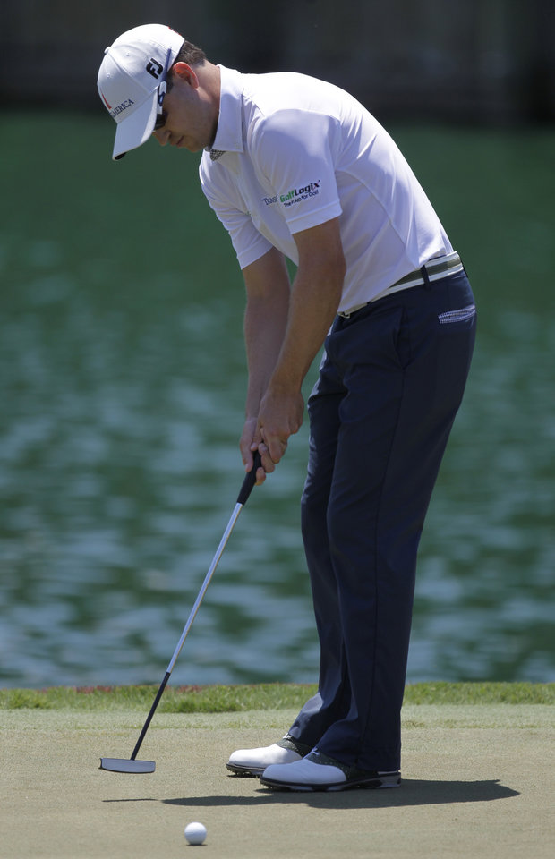 Photo -   Zach Johnson putt on the 18th green during the second round of the Players Championship golf tournament at TPC Sawgrass, Friday, May 11, 2012, in Ponte Vedra Beach, Fla. (AP Photo/John Raoux)