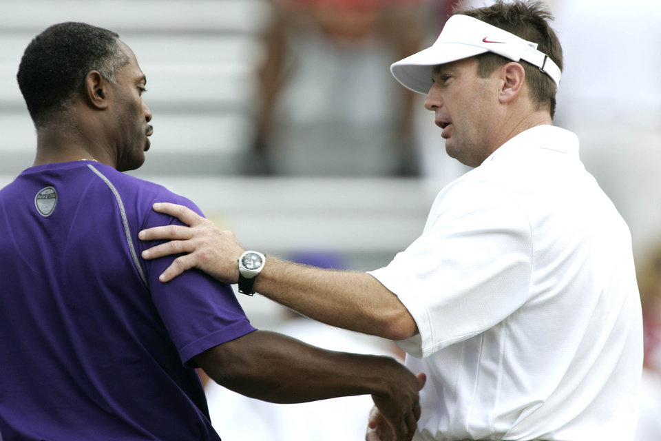 Photo - Oklahoma Sooners head coach Bob Stoops, right, greets Washington coach Tyrone Willingham, left, prior to the University of Oklahoma Sooners (OU) college football game against Washington at Gaylord Family - Oklahoma Memorial Stadium, Saturday, Sept. 9, 2006, in Norman, Okla.  by Bryan Terry, The Oklahoman  ORG XMIT: KOD