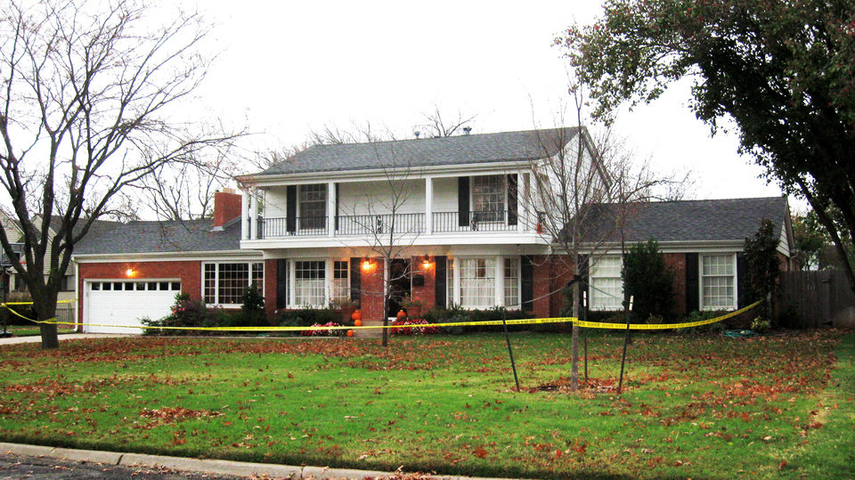 Photo - Police suspect foul play in the death of a person found dead in this home, 1715 Elmhurst Ave., in Nichols Hills on Monday, Nov. 16, 2009. Photo by Michael Kimball, The Oklahoman