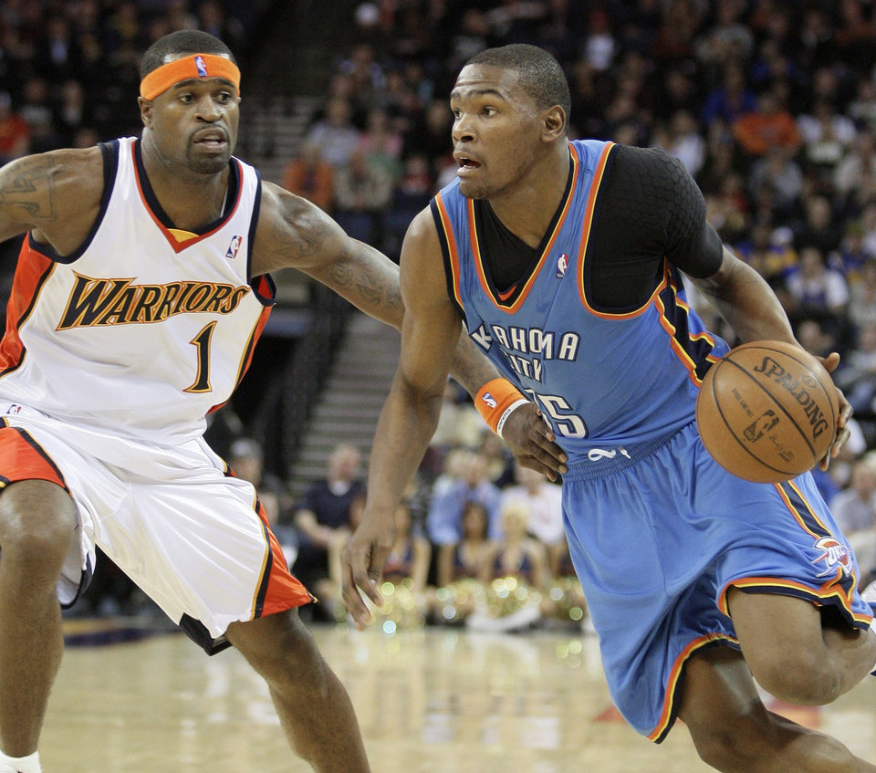 Photo - Oklahoma City Thunder guard Kevin Durant, right, drives against Golden State Warriors' Stephen Jackson during the first half of an NBA basketball game Wednesday, Jan. 21, 2009, in Oakland, Calif. (AP Photo/Ben Margot) ORG XMIT: OAS106