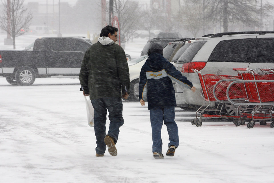 Photo - Shoppers brave the weather on Christmas Eve to shop at Target, NW Expressway and Rockwell, in Oklahoma City Thursday, Dec. 24, 2009. Photo by Paul B. Southerland, The Oklahoman
