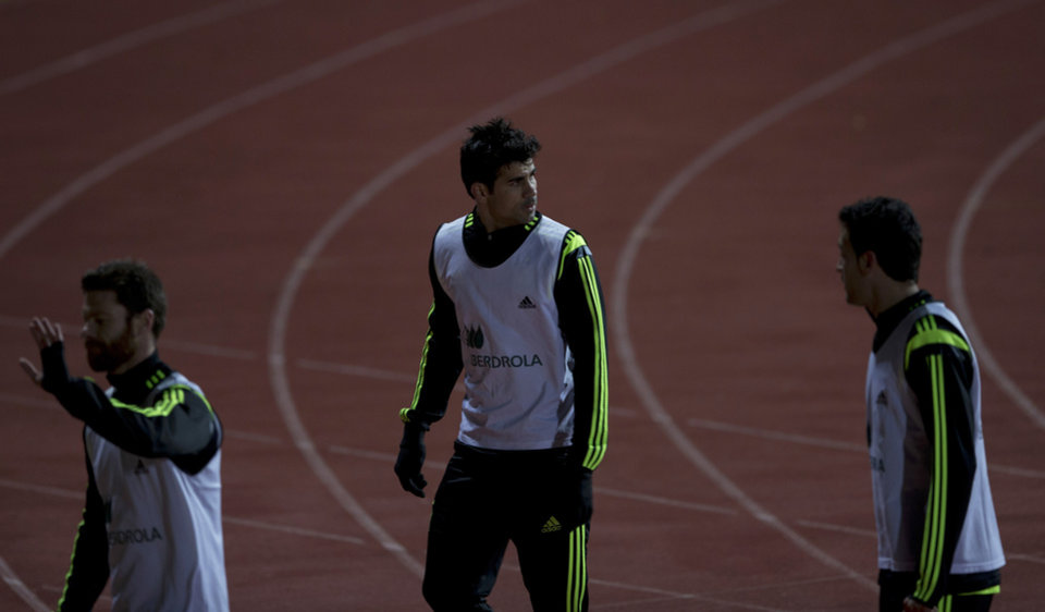 Photo - Spain's Diego Costa, centre leaves his first training session with Spain in Madrid, Monday March 3, 2014. Spain will play Italy Wednesday in a friendly soccer match. (AP Photo/Paul White)