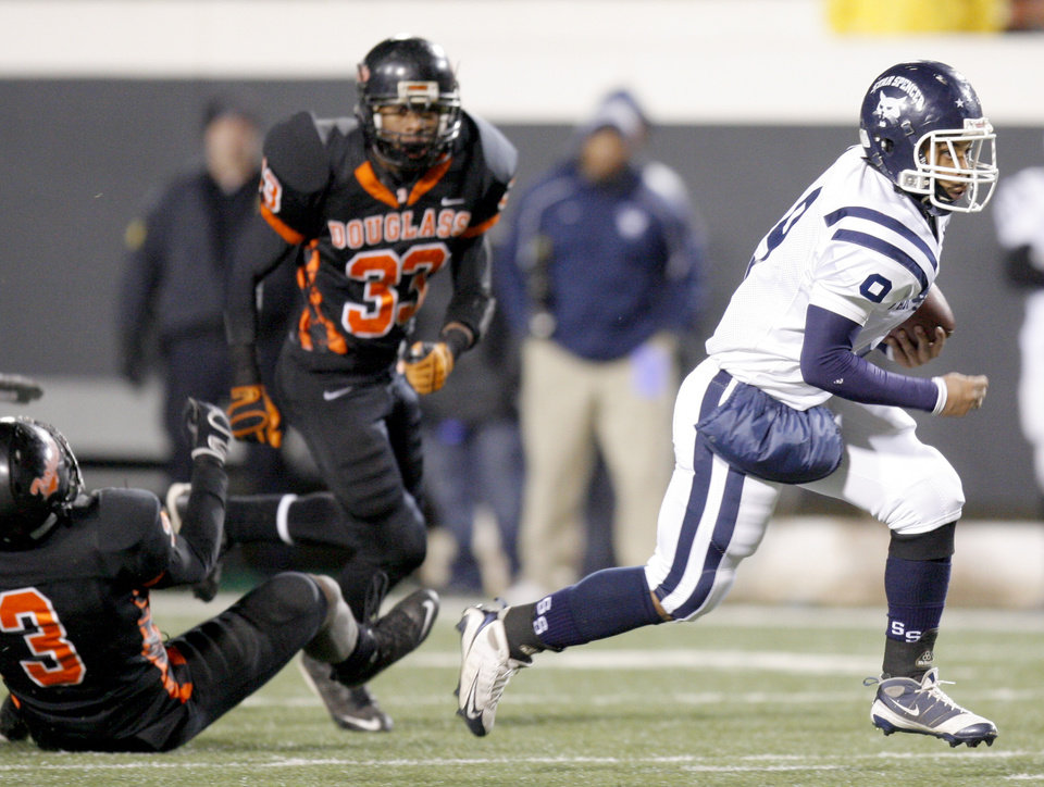 Photo - Franky Jamison of Star Spencer runs for touchdown past Aaron James, left, and Erik King of Douglass during the Class 4A high school football state championship game betweeen Star Spencer Douglass at Boone Pickens Stadium in Stillwater, Okla., Saturday, December 5, 2009. Photo by Bryan Terry, The Oklahoman
