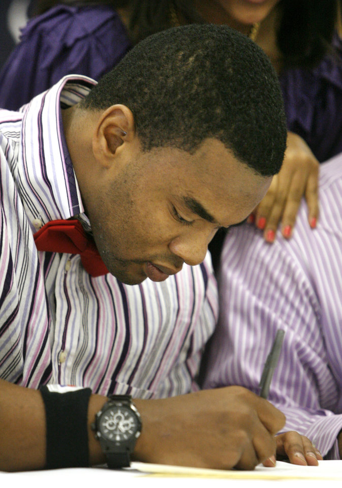Photo - Josh Booker signs to play for Weber State during a signing ceremony at Putnam City North High School in Oklahoma City Wednesday, Feb. 4, 2009. BY PAUL B. SOUTHERLAND, THE OKLAHOMAN