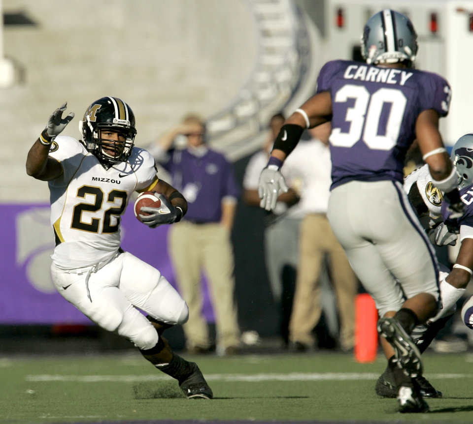 Photo - Missouri running back Tony Temple (22) changes direction as Kansas State defensive back Chris Carney defends during the third quarter of a football game Saturday, Nov. 17, 2007, in Manhattan, Kan. Missouri won 49-32. (AP Photo/Charlie Riedel)  ORG XMIT: KSCR110