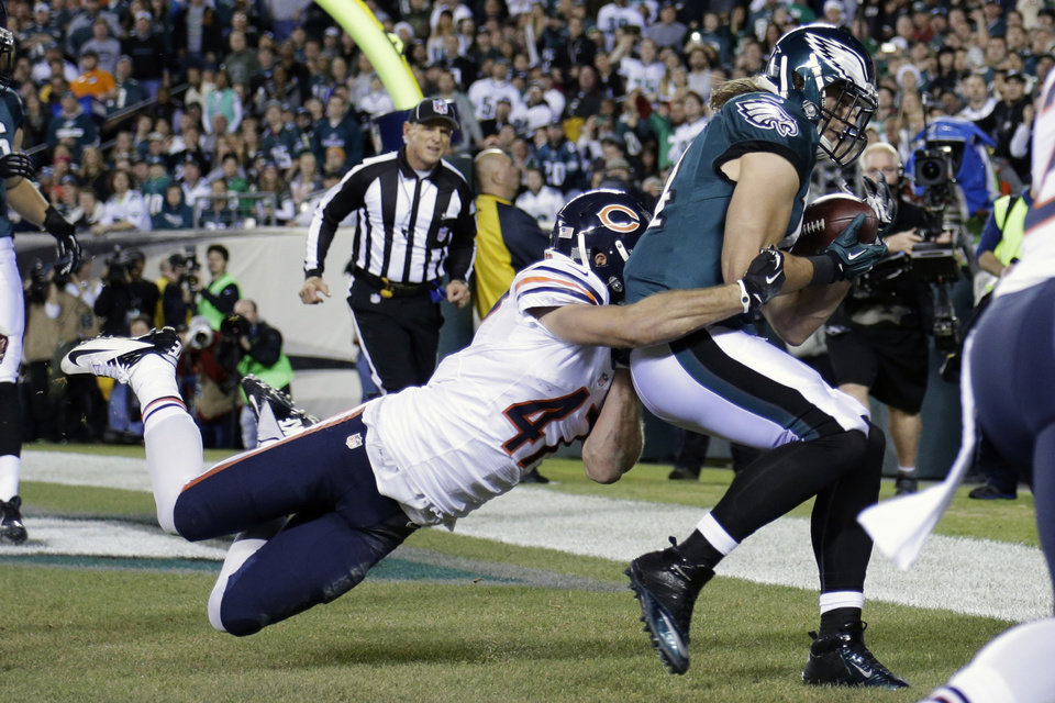 Photo - Philadelphia Eagles' Riley Cooper, right, pulls in a touchdown pass against Chicago Bears' Chris Conte during the first half of an NFL football game, Sunday, Dec. 22, 2013, in Philadelphia. (AP Photo/Matt Rourke)