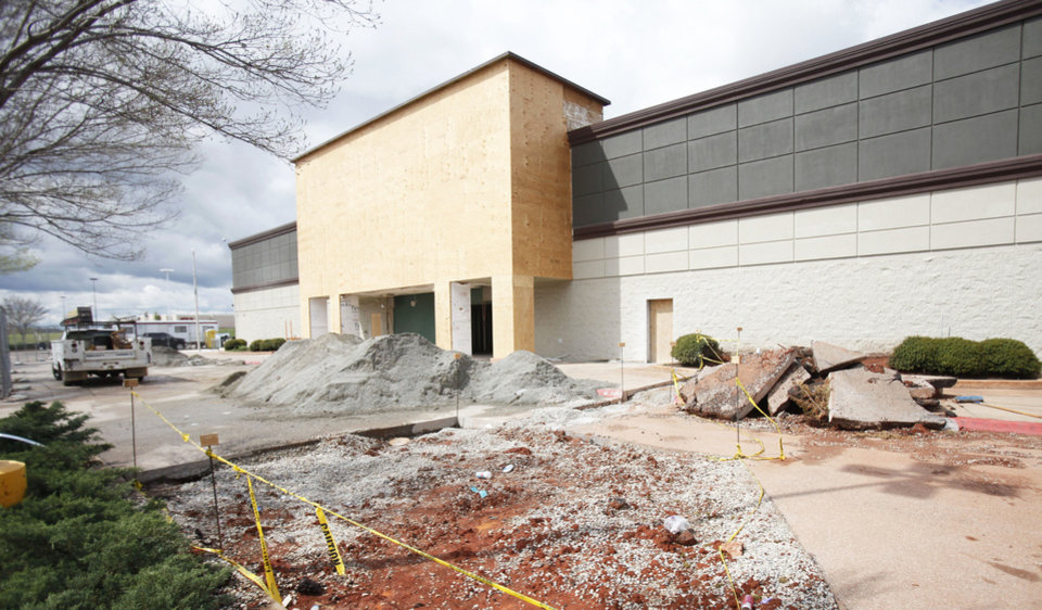 Photo - A Gold's Gym is under construction northwest of N Pennsylvanuia Avenue and Memorial Road. Gold's is returning to the Oklahoma City area after being absent for several years. Photo by PAUL HELLSTERN, The Oklahoman