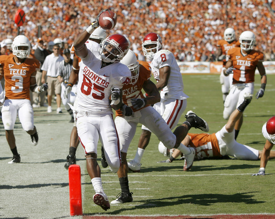 Photo - OU's Ryan Broyles scores a touchdown in front of Earl Thomas of Texas during the Red River Rivalry college football game between the University of Oklahoma Sooners (OU) and the University of Texas Longhorns (UT) at the Cotton Bowl in Dallas, Texas, Saturday, Oct. 17, 2009. Photo by Bryan Terry, The Oklahoman