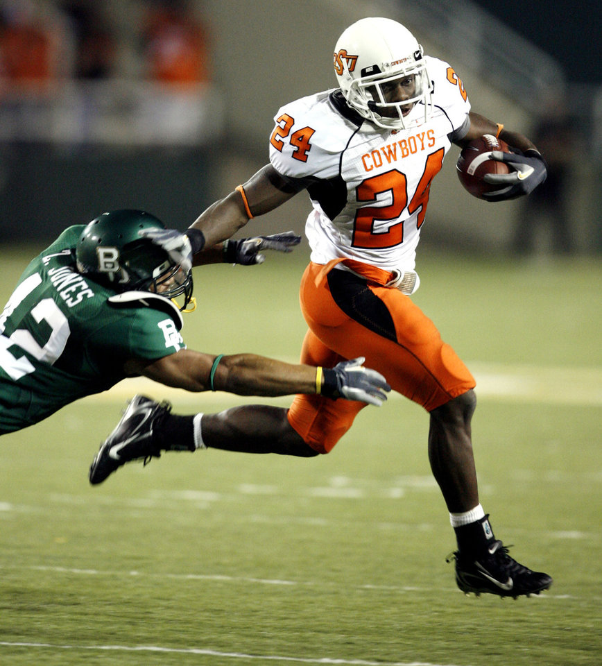 Photo - Kendall Hunter runs past Zack Jones of Baylor (42) during the second half of the  college football game between Oklahoma State University and Baylor University at Floyd Casey Stadium in Waco, Texas, Saturday, Nov. 17, 2007. BY STEVE SISNEY, THE OKLAHOMAN