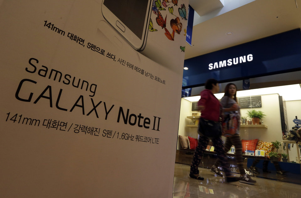 Photo -   Visitors walk by the billboard of Samsung Electronics's Galaxy Note II at a showroom of its headquarters in Seoul, South Korea, Friday, Oct. 26, 2012. Samsung's third-quarter net profit nearly doubled over a year earlier to a record high propelled by strong sales of Galaxy phones that helped widen its lead over rivals. (AP Photo/Lee Jin-man)