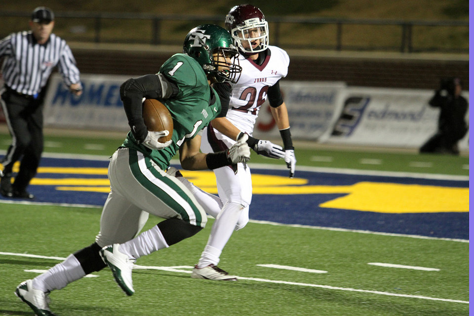 Photo - Edmond Santa Fe's Wade Pope breaks away for a 27 yard touchdown run during the Edmond Santa Fe - Jenks game at UCO's Wantland Stadium in Edmond, Friday, November 18, 2011. PHOTO BY HUGH SCOTT, FOR THE OKLAHOMAN