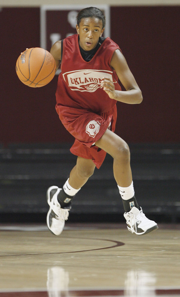 Photo - OU women's college basketball guard Danielle Robinson takes the ball down court during a scrimmage at the Lloyd Noble Center on the campus of the University of Oklahoma on Thursday, Oct. 25, 2007, in Norman, Okla.  By STEVE SISNEY, The Oklahoman ORG XMIT: KOD