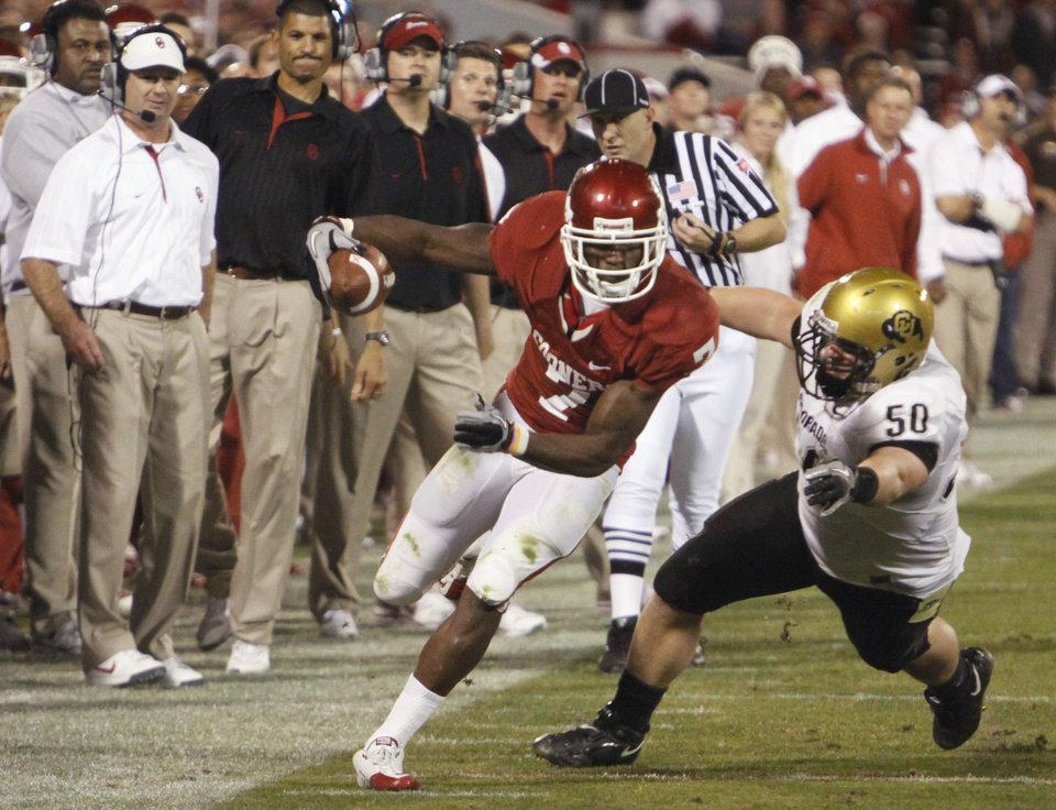 Photo - DeMarco Murray (7) tightropes the sideline inside the twenty yard line during the first half of the college football game between the University of Oklahoma (OU) Sooners and the University of Colorado Buffaloes at Gaylord Family-Oklahoma Memorial Stadium in Norman, Okla., Saturday, October 30, 2010.  Photo by Steve Sisney, The Oklahoman