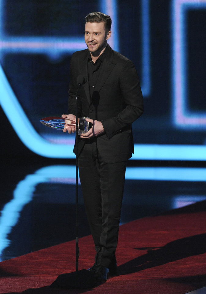 "Photo - Justin Timberlake accepts the award for favorite album for ""The 20/20 Experience"" at the 40th annual People's Choice Awards at the Nokia Theatre L.A. Live on Wednesday, Jan. 8, 2014, in Los Angeles. (Photo by Chris Pizzello/Invision/AP)"