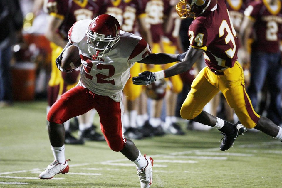 Photo - PUTNAM NORTH: Lawton's Moe Alexander (22) pushes back Putnam City North's Melvin Ware (34) on a long catch and run in Class 6A high school football in Oklahoma City, Okla., Thursday, October 30, 2008.   BY STEVE SISNEY, THE OKLAHOMAN ORG XMIT: KOD