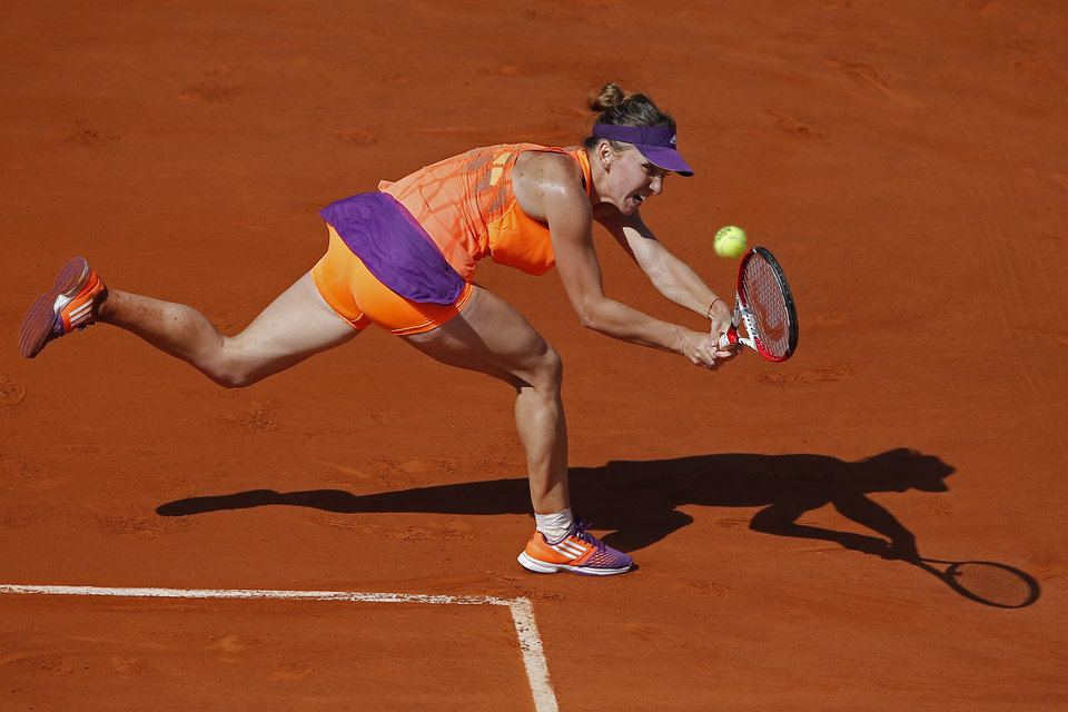 Photo - Romania's Simona Halep returns the ball during final of the French Open tennis tournament against Russia's Maria Sharapova at the Roland Garros stadium, in Paris, France, Saturday, June 7, 2014. (AP Photo/David Vincent)
