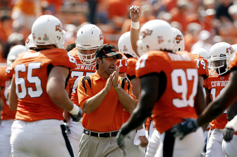 Photo - OSU offensive coordinator Larry Fedora talks to the team during warmups before the college football game between the Oklahoma State University Cowboys (OSU) and the Texas Tech University Red Raiders (TTU) at Boone Pickens Stadium  on Saturday, Sept. 22, 2007, in Stillwater, Okla.   By MATT STRASEN, The Oklahoman  ORG XMIT: KOD