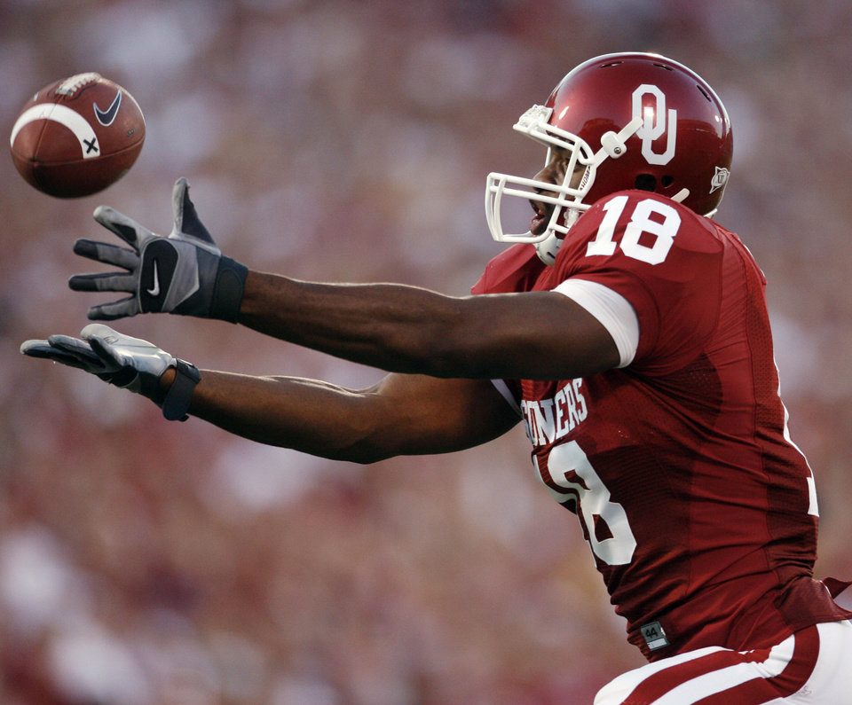 Photo - Oklahoma's Jermaine Gresham (18) reaches out for the ball to pull in a pass for a touchdown during the first half of the college football game between the University of Oklahoma Sooners (OU) and the University of Missouri Tigers (MU) at the Gaylord Family Oklahoma Memorial Stadium on Saturday, Oct. 13, 2007, in Norman, Okla.By STEVE SISNEY, The Oklahoman