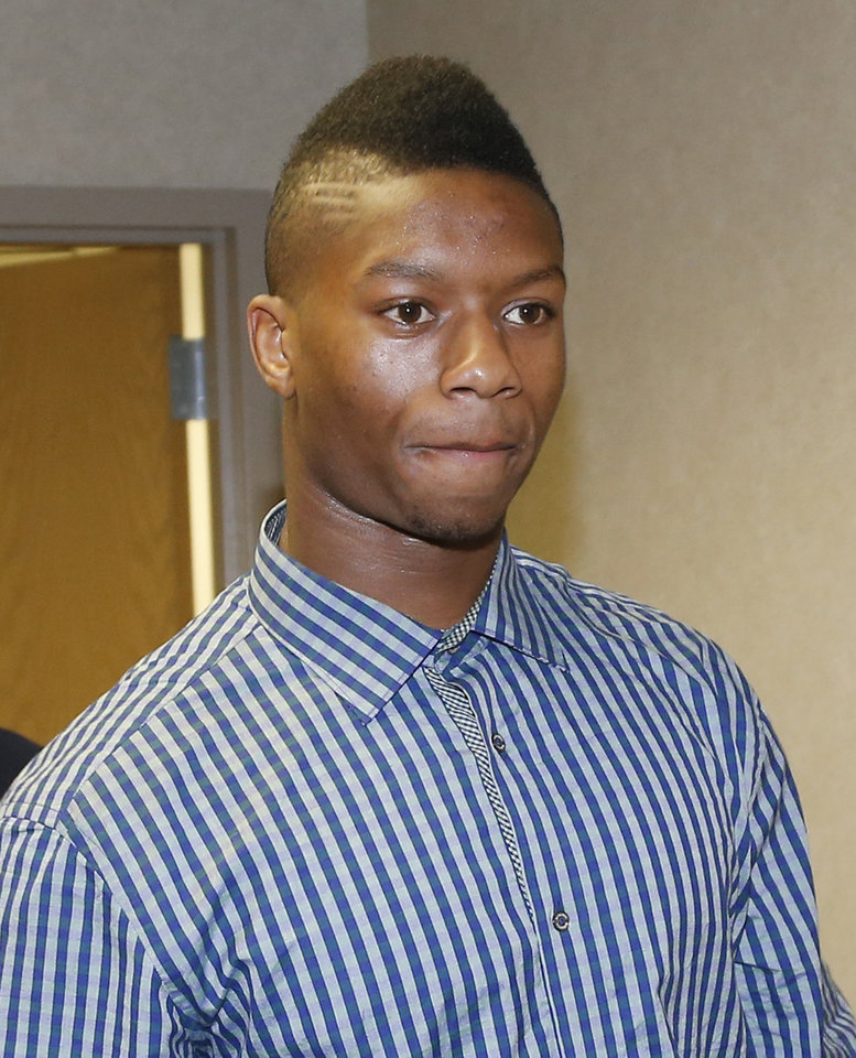 Photo - Oklahoma freshman running back Joe Mixon arrives at Cleveland County Courthouse in Norman, Okla., for his arraignment on misdemeanor assault charges Monday, Aug. 18, 2014.  Mixon is accused of knocking a woman unconscious with a punch and breaking several bones in her face.  (AP Photo/Sue Ogrocki)