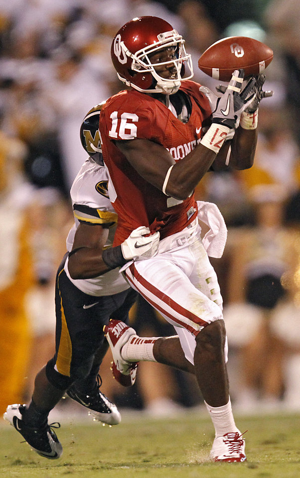 Photo - Oklahoma's Jazz Reynolds (16) tries to pull in a pass during the college football game between the University of Oklahoma Sooners (OU) and the University of Missouri Tigers (MU) at the Gaylord Family-Memorial Stadium on Saturday, Sept. 24, 2011, in Norman, Okla. Photo by Chris Landsberger, The Oklahoman