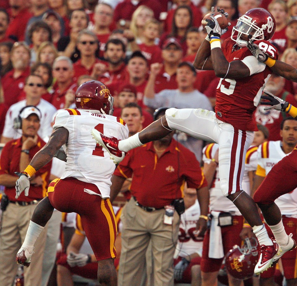 Photo - Ryan Broyles brings down a pass near the sidelines during the first half of the college football game between the University of Oklahoma Sooners (OU) and the Iowa State Cyclones (ISU) at the Gaylord Family-Oklahoma Memorial Stadium on Saturday, Oct. 16, 2010, in Norman, Okla.  Photo by Steve Sisney, The Oklahoman