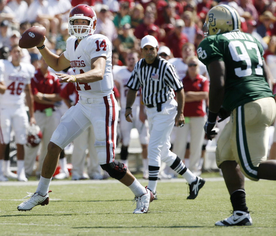 Photo - Quarterback Sam Bradford throws in the first half during the college football game between Oklahoma (OU) and Baylor University at Floyd Casey Stadium in Waco, Texas, Saturday, October 4, 2008.   BY STEVE SISNEY, THE OKLAHOMAN