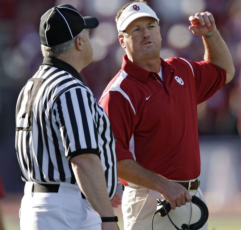Photo - ARGUE: Head coach Bob Stoops argues a call with the official during the first half of the college football game between the University of Oklahoma Sooners (OU) and the University of Washington Huskies (UW) at Husky Stadium on Saturday, Sep. 13, 2008, in Seattle, Wash.   by Chris Landsberger, The Oklahoman ORG XMIT: KOD