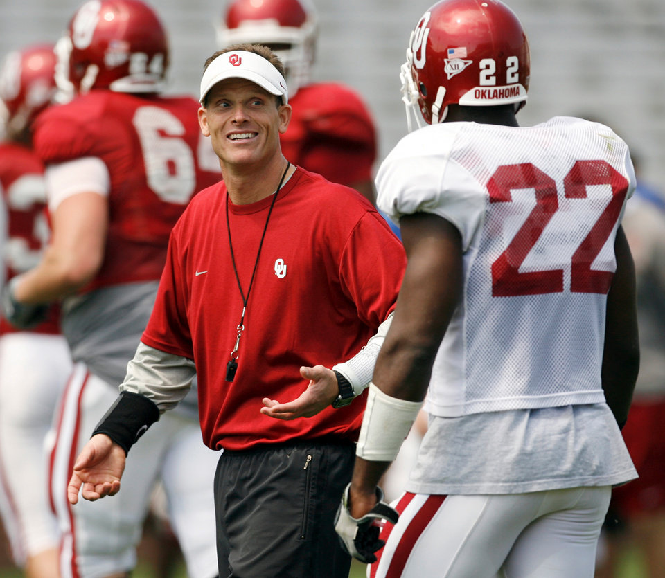 Photo - OU, SPRING FOOTBALL, SCRIMMAGE: Brent Venables talks with linebacker Keenan Clayton as the University of Oklahoma college football team scrimmages at Gaylord Family -- Oklahoma Memorial Stadium in Norman, Okla., Saturday, April 5, 2008   BY STEVE SISNEY ORG XMIT: kod