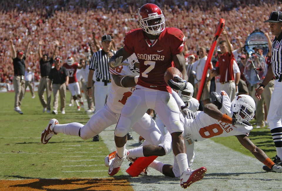 Oklahoma's DeMarco Murray (7) scores the Sooners first touchdown of the Red River Rivalry college football game between the University of Oklahoma Sooners (OU) and the University of Texas Longhorns (UT) at the Cotton Bowl on Saturday, Oct. 2, 2010, in Dallas, Texas.   Photo by Chris Landsberger, The Oklahoman