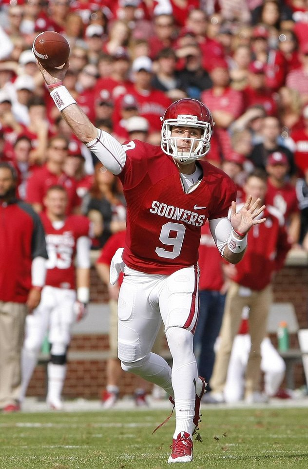 Photo - Oklahoma quarterback Trevor Knight (9) passes against Iowa State in the second quarter of an NCAA college football game in Norman, Okla., on Saturday, Nov. 16, 2013.  (AP Photo/Alonzo Adams)