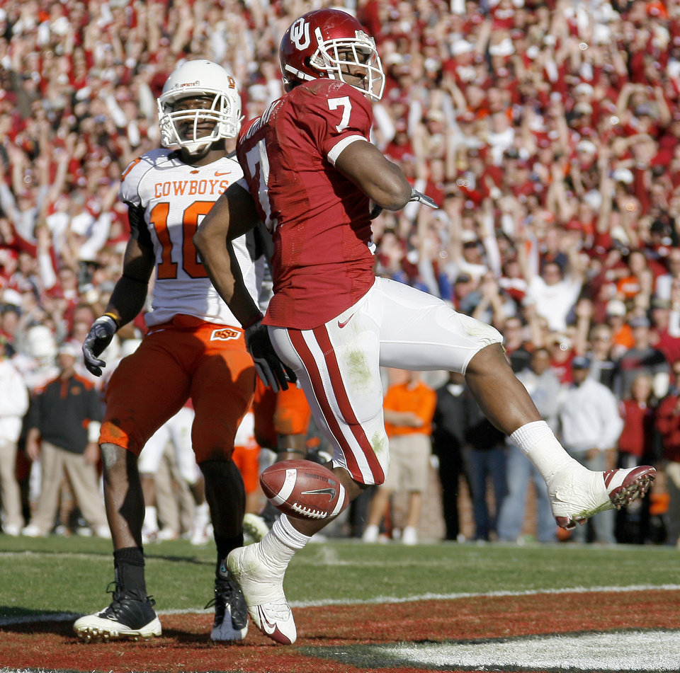 Photo - OU's DeMaro Murray scores a touchdown in front of OSU's Markelle Martin during the second half of the Bedlam college football game between the University of Oklahoma Sooners (OU) and the Oklahoma State University Cowboys (OSU) at the Gaylord Family-Oklahoma Memorial Stadium on Saturday, Nov. 28, 2009, in Norman, Okla.