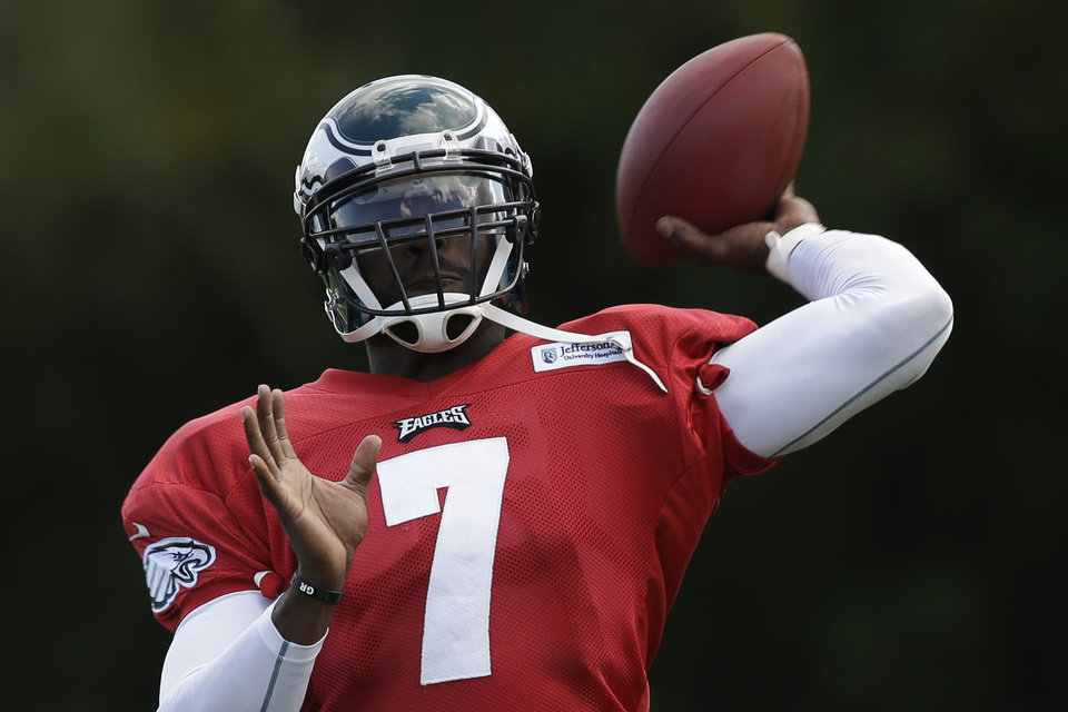 Philadelphia Eagles quarterback Michael Vick practices at the team's NFL football training facility, Wednesday, Oct. 10, 2012, in Philadelphia. (AP Photo/Matt Rourke)