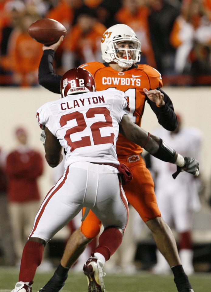 Photo - OSU quarterback Zac Robinson gets rushed by Keenan Clayton of Oklahoma during the first half of the college football game between the University of Oklahoma Sooners (OU) and Oklahoma State University Cowboys (OSU) at Boone Pickens Stadium on Saturday, Nov. 29, 2008, in Stillwater, Okla. STAFF PHOTO BY NATE BILLINGS